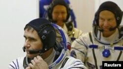 «Союз ТМА-19М» ғарыш экипажы мүшелері Юрий Маленченко (алдыңғы жақта), Тимоти Копра (оң жақта) мен Тимоти Пик ғарышқа ұшар алдында. Байқоңыр, 15 желтоқсан 2015 жыл.