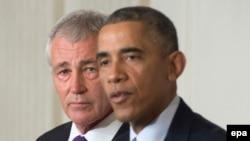 Президент США Барак Обама (справа) и Чак Хейгел во время пресс-конференции в Белом доме, Вашингтон, 24 ноября 2014 года.