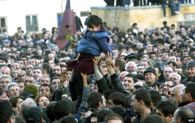 """Центр Тбилиси в разгар """"революции роз"""", 22 ноября 2003 года"""