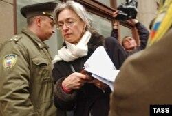 Anna Politkovszkaja újságíró és jogvédő az orosz elnöki hivatal előtti Ostrom 2: Üres tér nevű tiltakozáson 2004 decemberében. Politkovszkaját 2006. október 7-én a otthona előtt agyonlőtték