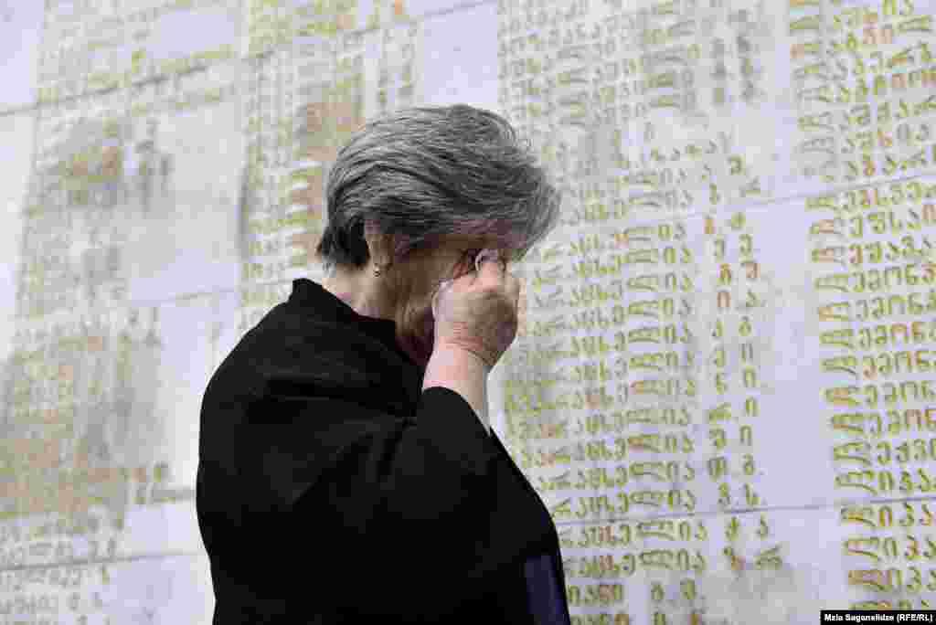 Жінка сумує біля пам'ятника героям в Тбілісі, Грузія, 27 вересня. Пам'ятник вшановує грузин, які загинули під час конфлікту в Абхазії 1992-93 років. (Мзія Саганелідзе, Радіо Свобода/Радіо Вільна Європа)