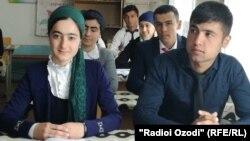 Учащиеся средней школы в Согдийской области Таджикистана. Иллюстративное фото.