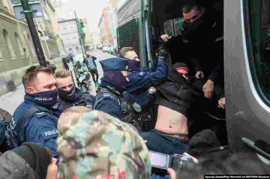 Поліція затримує демонстранта в Познані, 24 жовтня 2020 року