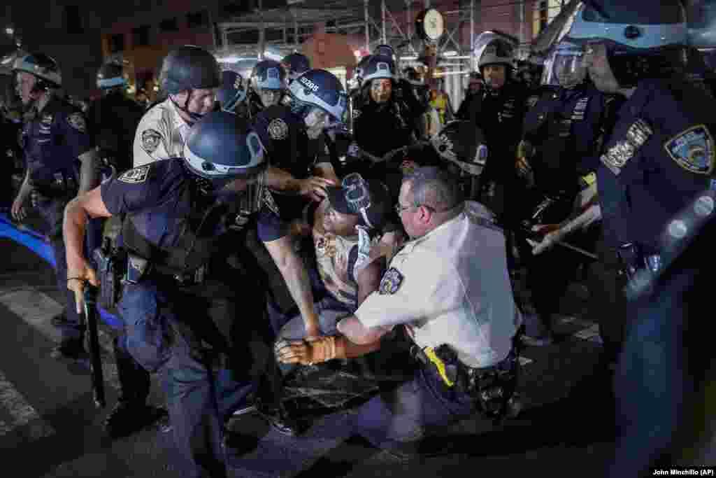 Поліцейські затримують чоловіка на вулиці Fifth Avenue під час ходи Манхаттеном. Протести в США у зв'язку зі смертю афроамериканця Джорджа Флойда тривають уже понад тиждень. Нью-Йорк, 4 червня 2020 року
