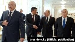 Александр Лукашенко (нафари аввал аз тарафи чап) ва раҳбарони дигари ЕАЭС