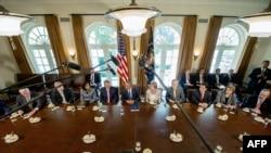 Президент США Барак Обама обсуждает возможное проведение военной операции в Сирии с членами конгресса. Вашингтон, 3 сентября 2013 года.