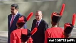 Türkiyə prezidenti Recep Tayyip Erdoğan 2018-ci ildə bu ölkənin lideri Nicolas Maduronun (solda) dəvəti ilə Venesuelada olub
