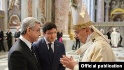 Армения президенти Серж Саркисян (солдо) жана Папа Франциск Ыйык Петр чиркөөсүндөгү эскерүү зыяпатынан соң. Ватикан. 12-апрель 2015.