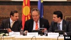 Министерот Никола Попоски со членовите на мешовитиот комитет ЕУ-Македонија. Јорго Шацимаркакисм Ричард Ховит и Никола Попоски, Скопје, 2011.