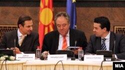 Состанок на мешовитиот комитет ЕУ-Македонија. Јорго Шацимаркакис, Ричард Ховит и Никола Попоски.