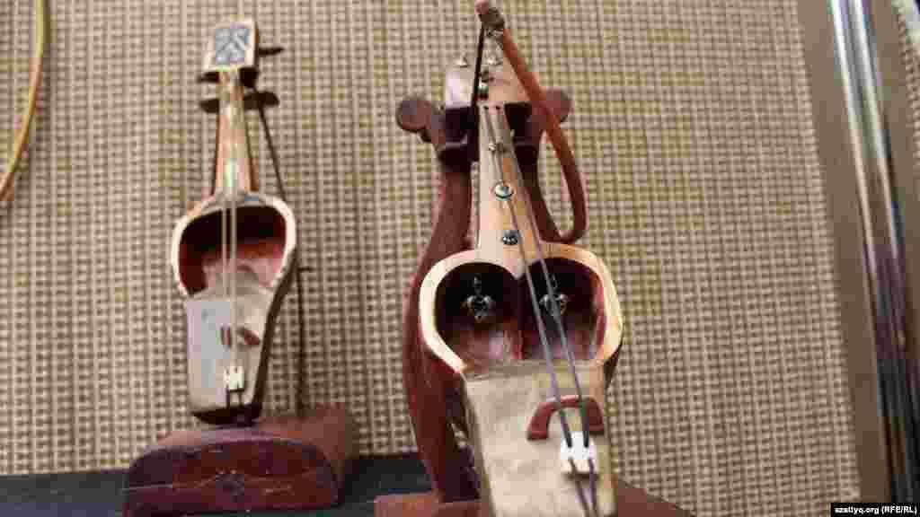 Сувенирный кобыз - национальный струнный смычковый музыкальный инструмент.