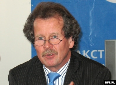 Manfred Nowak speaks to reporters in Astana.