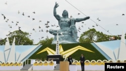 Голуби над Статуей Мира в Парке Мира в Нагасаки, где ежегодно вспоминают жертв атомных бомбардировок 6 и 9 августа 1945 года.