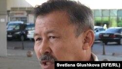 """Есенбек Уктешбаев, председатель общественного объединения """"Оставим народу жилье"""". Астана, 26 июля 2011 года."""