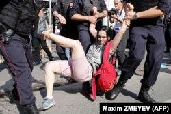 Силовики затримують учасників мітингу з вимогою допустити незалежних кандидатів на вибори до Московської міської думи. Москва, 27 липня 2019 року