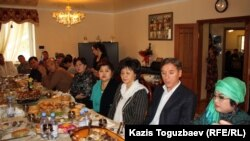 Мақпал Жүнісованың үйінде берілген аста отырған жұрт. Алматы, 12 қараша 2012 жыл