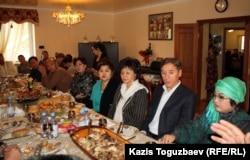 Поминальный обед по Заманбеку Нуркадилову в доме его вдовы, Макпал Жунусовой (справа). Алматы, 12 ноября 2012 года.