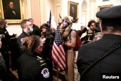 معترضان در داخل ساختمان کانگرس امریکا