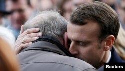 Președintele Emmanuel Macron cu una din rudele victimelor atentatelor din 2015 de la Paris