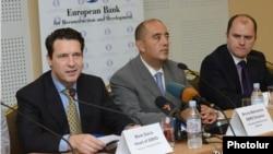 Новый глава ереванского офиса ЕБРР (слева) и региональный директор ЕБРР Бруно Балванера на пресс-конференции, Ереван, 19 сентября 2013 г.