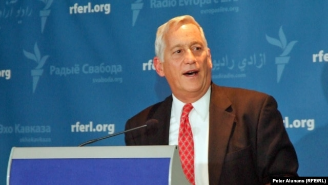 Isaacson at RFE 60th reception at the Newseum