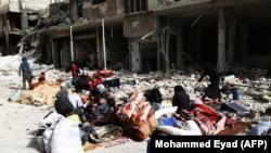 Sirieni așteptînd să fie evacuția din orașul Arbin în Ghouta Orientală