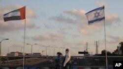Žene hodaju pokraj zastave Ujedinjenih Arapskih Emirata i Izraela na Mostu mira u Netaniji, Izrael.