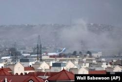 Дым на месте взрыва в аэропорту Кабула