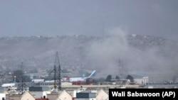 دود برخاسته ناشی از حمله انتحاری در نزدیکی یکی از دروازه های میدان هوایی کابل