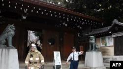 Поліцейські та пожежники неподалік місця вибуху на території Ясукуні, Токіо, Японія, 23 листопада 2015 року