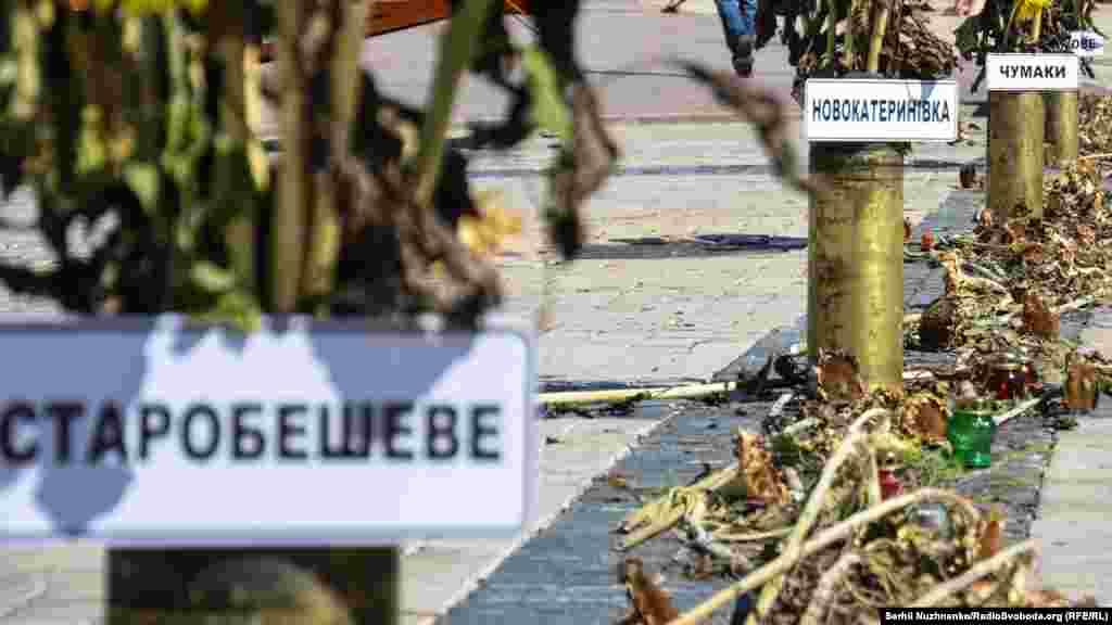 На Михайлівській площі волонтери пересувної виставки «Блокпост Пам'яті» зробили «зелений коридор» чи «дорогу смерті», з назвами сіл і хуторів, через які українські військовівиходиз Іловайська