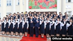 Эмомали Рахмон открыл среднюю школу № 12 в селении Турсуна Улджабоева района Спитамен. 25 марта 2020 года. Фото пресс-службы президента Таджикистана
