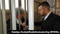 Віталій Марків, нацгвардієць спілкується з адвокатом Делла Валле, 12 квітня 2019 року