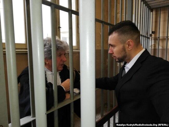 Марків спілкується з адвокатом Делла Валле