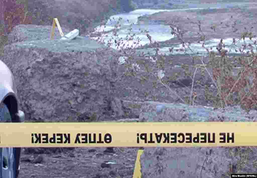 В полиции говорят, что были взяты под стражу трое подозреваемых. На фото: место драки жителей поселка Забадам. 30 октября 2012 года.