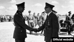 Нямецкі фельдмаршал фон Бок, адзін з камандзіраў нямецкай арміі, паціскае руку Адольфу Гітлеру. Фота, праўдападобна, 4 жніўні 1941 года, як мяркуецца, у Барысаве.