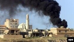 دخان يتصاعد في تكريت إثر معركة بين القوات العراقية وداعش - 31 آذار 2015