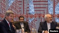 Birleşen Ştatlaryň döwlet sekretary Jon Kerri (çepden birinji) we Eýranyň daşary işler ministri Mohammad Jawad Zarif (sagdan birinji). 26-njy sentýabr, 2013 ý.