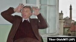 """Regizorul ceh, câștigător al premiului Oscar, Jiri Menzel e pus pe glume în timpul filmării comediei """"Dodo es Naftalin"""" într-o școală din Satu Mare, la aproximativ 430 km nord-vest de București, 13 aprilie , 2004"""