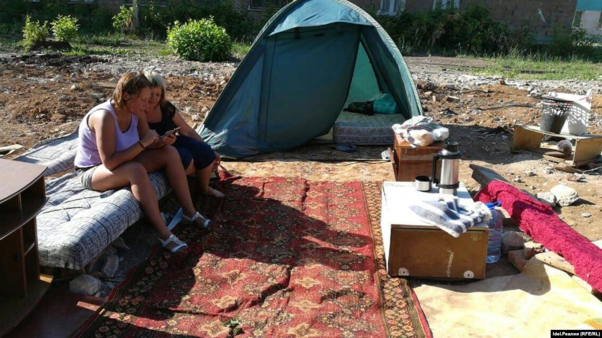 В Альметьевске аварийщики три месяца живут в палатках у своего снесенного дома