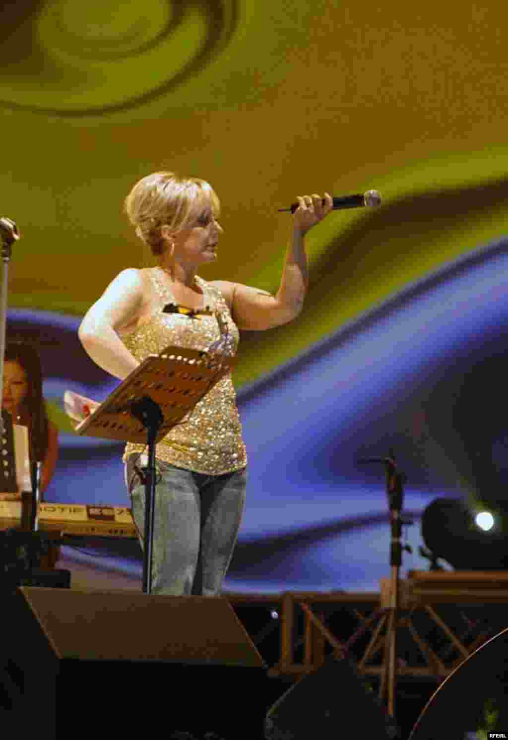 "UAE -- Iranian singer ""Googoosh"" performs in Dubai, 26Mar2008"