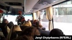 Коррупциялык саякатка кызыгуу күчтүү, автобуста орун да калган жок.