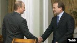 Президент Росії Володимир Путін (ліворуч) і тодішній голова Адміністрації президента України Віктор Медведчук. Москва, 16 квітня 2004 року (ілюстраційне фото)