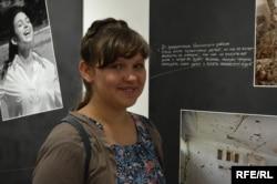 Анастасия Трофимчук возле своей фотоработы