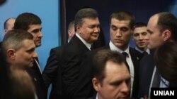 Віктор Янукович (посередині). Архівне фото