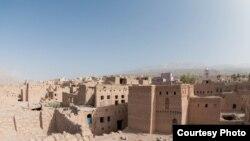 Әл-Хәмраның тарихи өлешендә таш һәм балчыктан төзелгән ташландык йортлар