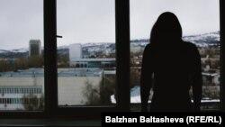 Алматыдағы дағдарыс орталығын паналаған жас әйел. (Көрнекі сурет.)