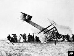 11. ავიაციის პიონერებმა ჯონ ოლკოკმა და არტურ უიტენ ბრაუნმა ასე დასვეს თვითმფრინავი პირველი შეუჩერებელი ტრანსატლანტიკური გადაფრენის შემდეგ. კლიფდენი, ირლანდია, 1919 წლის 5 ივნისი.