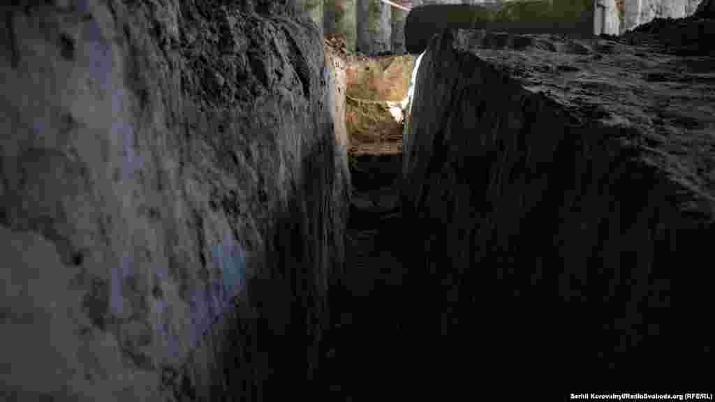 Для того, щоб дослідити вал у профіль, археологи викопали цю траншею