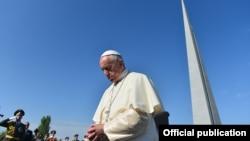 Armenia - Папа Римский Франциск в мемориальном комплексе жертвам Геноцида армян, Ереван, 25 июня 2016 г.